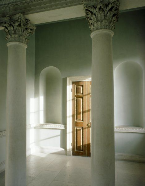 CHISWICK HOUSE, London. Interior view of the Link Building first floor room. Detail of the Corinthian colonnade with door and niches behind