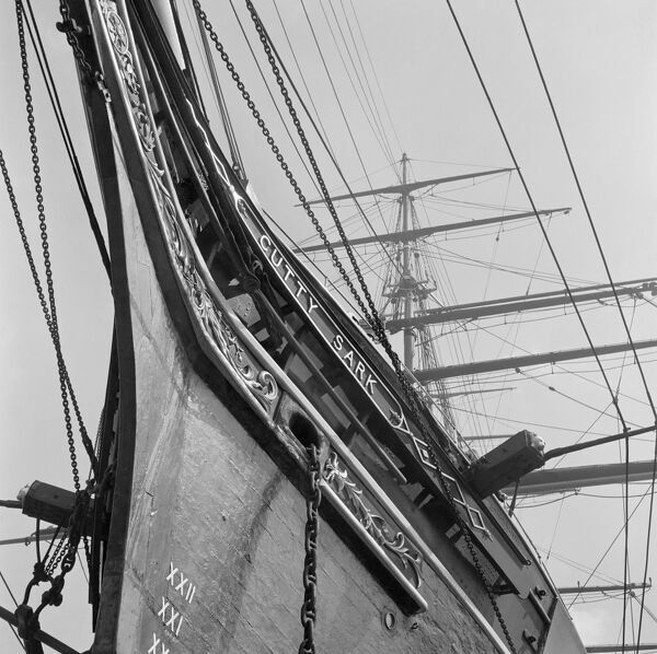 CUTTY SARK, Greenwich, London. A detail view of the bow and rigging of the Cutty Sark in its dry docking at Greenwich, looking up from the ground towards the foremast. John Gay. Date range: 1955-1965