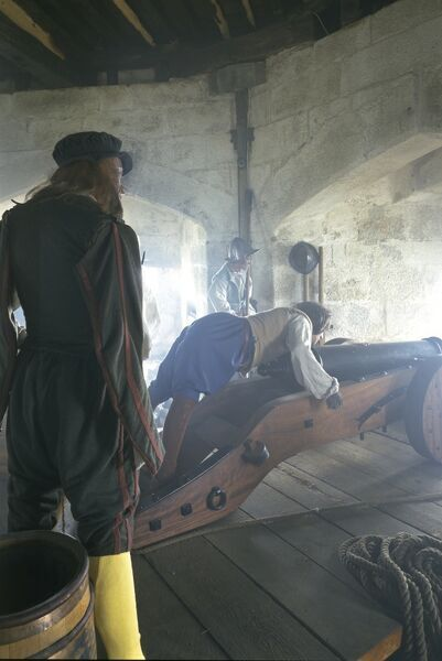 Pendennis Castle, Falmouth, Cornwall. Tudor gunroom. Mannequins of gunners aiming and setting a cannon
