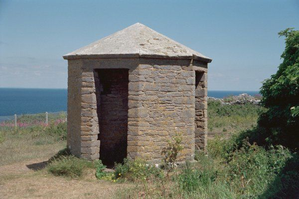 Small octagonal building with 4 open-fronted triangular recesses for sentries. Brixham, Devon. IoE 383526