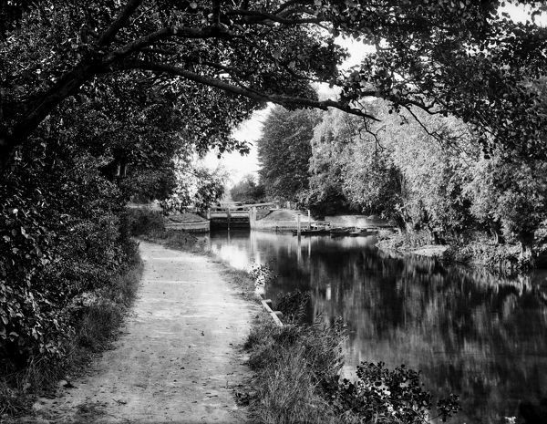 SONNING LOCK, Sonning, Berkshire. A view along the tow path in summer looking towards the lock in the distance from below. Sonning Lock is said to be the prettiest on the River Thames. Photographed in 1900 by Henry Taunt