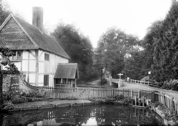 SWAN INN, Newtown, Hampshire. Looking towards the inn and bridge beyond with the pool in the foreground