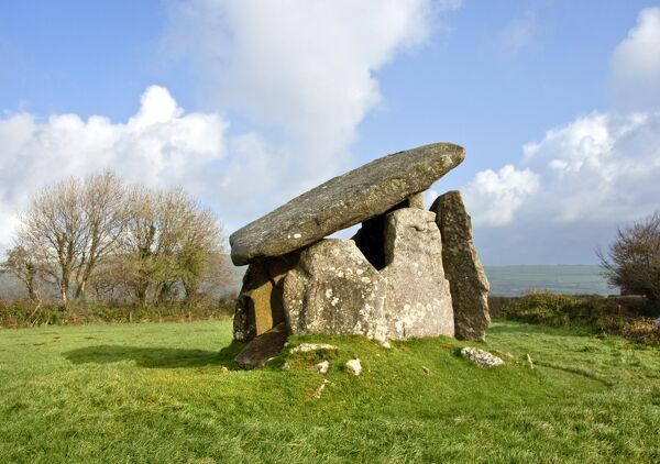 TRETHEVY QUOIT, St Cleer, Cornwall. View of the Neolithic 'dolmen' burial chamber containing five standing stones, and a large capstone