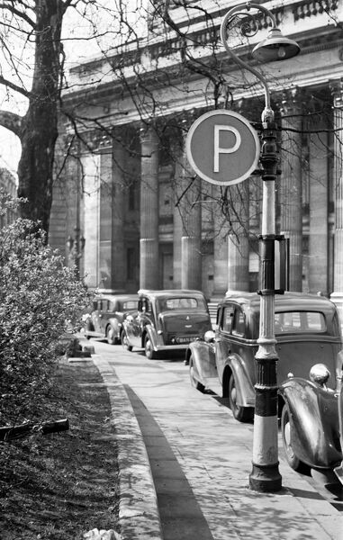 TRINITY SQUARE, London. A view looking along the pavement at cars parked outside the Port of London Authority building. Mid 20th century. S W Rawlings