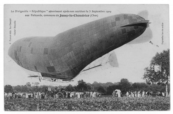 After an accident, the airship has to make a forced landing at Pollcards, in the commune of Jussy-le-Chaudrier (Cher)