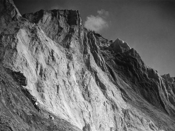 Climbers on the beautiful 'Coloured Cliffs' at Alum Bay, Isle of Wight, Hampshire, England. Date: 1930s