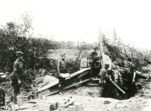 American gunners of Battery A, 146th Regiment, Field Artillery, in action with a 155 mm gun near Tours, France, on the western front during the First World War. Date: July 1918