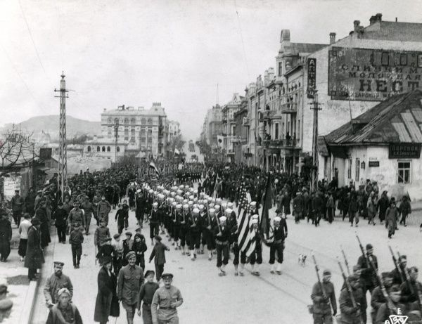 The arrival of American sailors from the USS Albany in Vladivostok, Russia, as part of the Allied intervention in the Russian Civil War. Date: circa 1919