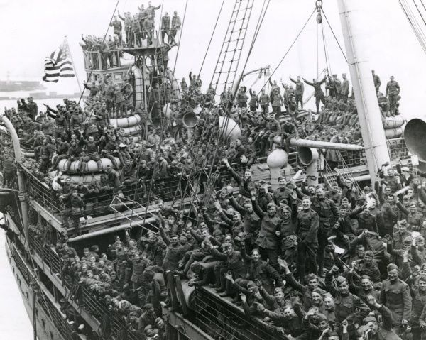 American troops arriving home by ship at Hoboken, New Jersey, USA, after the end of the First World War. Date: circa 1919