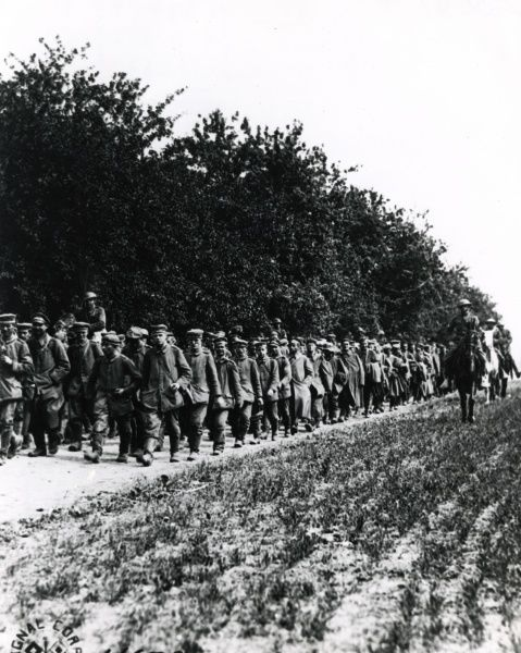 American troops with German prisoners near Belleau Wood, northern France, First World War. Date: circa 1918