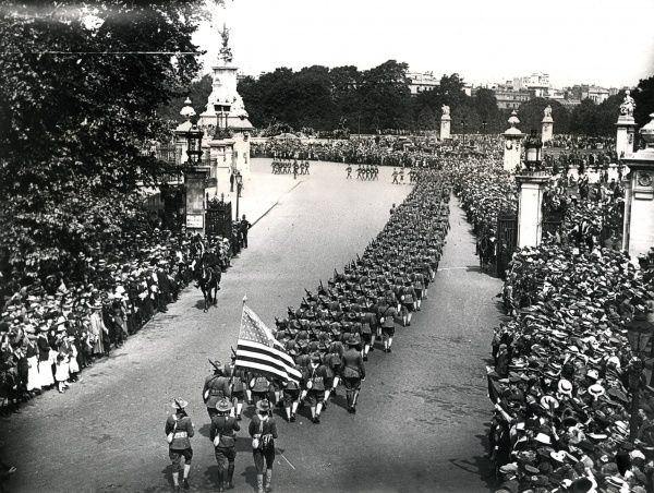 American troops marching through Central London (near Buckingham Palace) during the First World War. Date: circa 1917