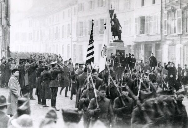 American troops marching through Neufchatel, northern France, on their way to battle during the First World War. Date: 1917-1918