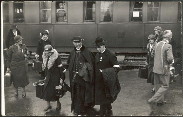 Pilgrims arriving by train - women and clerics