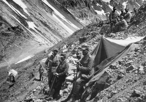 Austrian troops in the Dolomites on the Austrian-Italian front during the First World War. Date: 1915