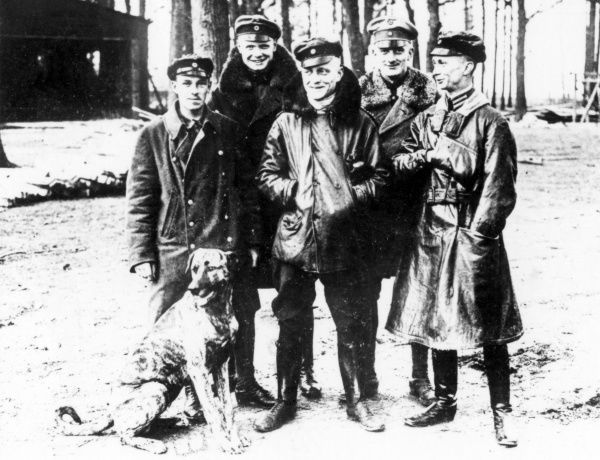 Baron Manfred Albrecht Freiherr von Richthofen (1892-1918), also known as the Red Baron, legendary German fighter pilot during the First World War. Seen here (second left) with four colleagues and a dog. Date: circa 1916-1918