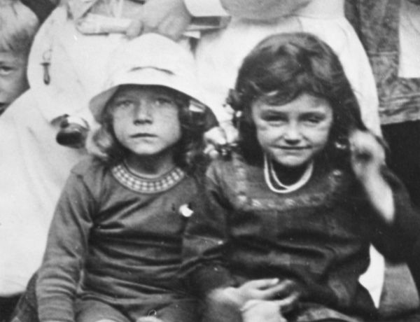 Two Belgian children during the First World War. Date: 1914-1918