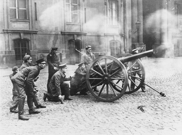 A field gun in action in the courtyard of the Royal Palace in Berlin, stormed and occupied by the Soldiers Council. The gun is being manned by sailors and soldiers of the Soldiers Council, defending against the attacking mob