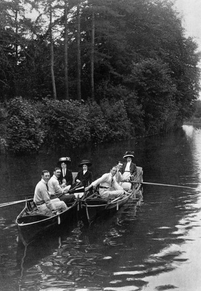 A group of happy boaters in the Edwardian era, waiting for the locks to open at Bourne End in Buckinghamshire as they row along the River Thames. Date: 1909