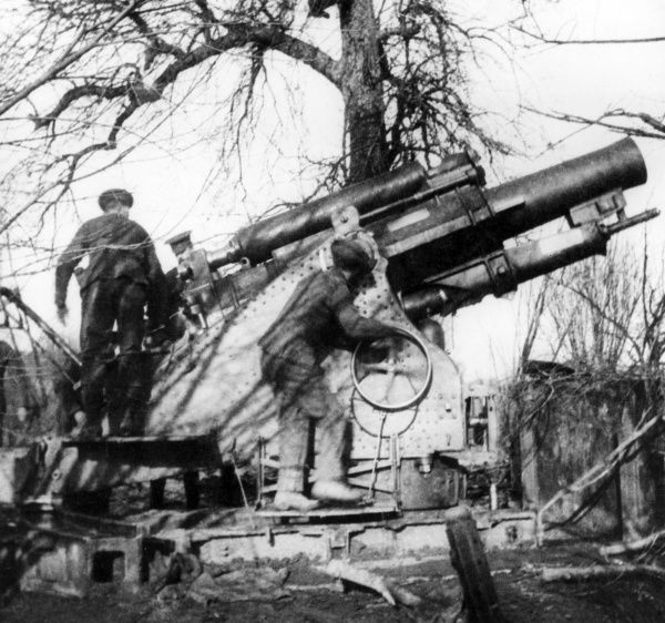One of the first British 9.2 inch Howitzers, nicknamed Mother, to arrive in Flanders for use during the First World War. Date: 1914-1918