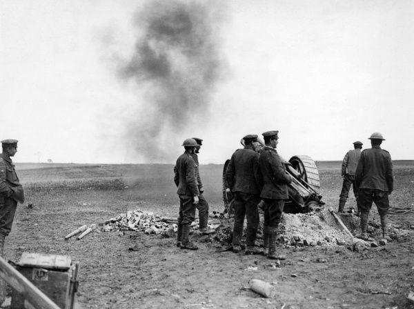 British artillery action on the Western Front, sending over shells to the enemy during the First World War. Date: 1914-1918