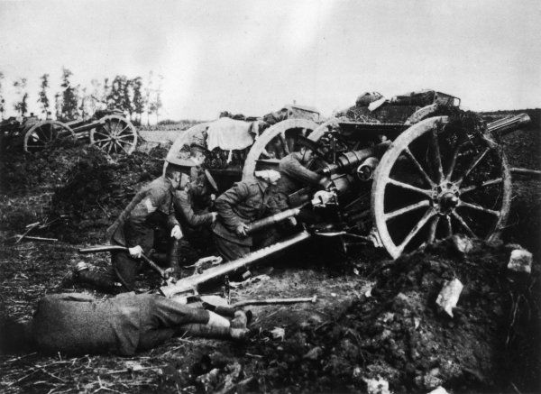 A British heavy artillery position on the Western Front - soldiers manning the guns
