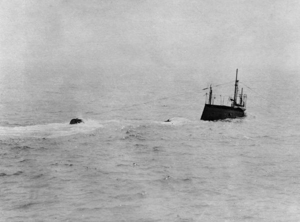 A British submarine submerging during the First World War. Date: 1914-1918