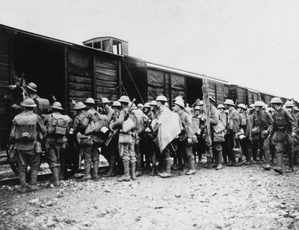 British troops of a Midland Regiment boarding a train on the Western Front during the First World War, after a spell in the trenches of Flanders. Date: 1914-1918