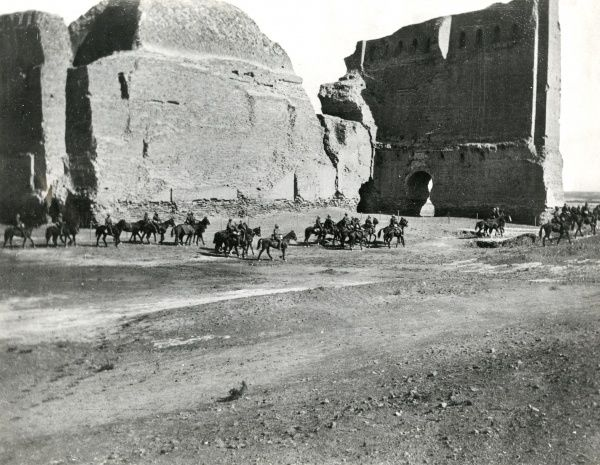 British mounted troops at Ctesiphon, Mesopotamia (now Iraq), during the First World War. Date: circa 1915