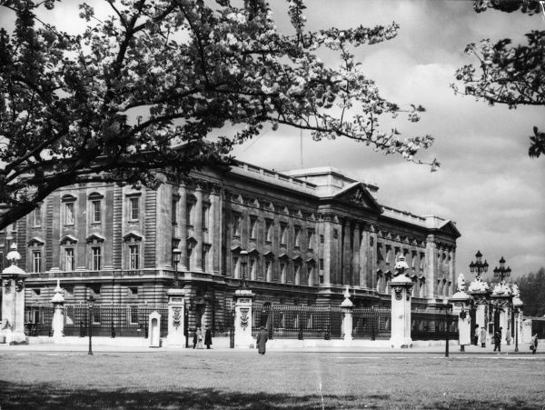 A Springtime view of Buckingham Palace, the London residence of the reigning British sovereign. Date: 1950s