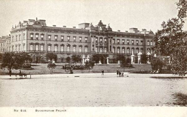 View toward Buckingham Palace, London from Green Park, before the front of the Palace was extensively re-modelled Date: circa 1910