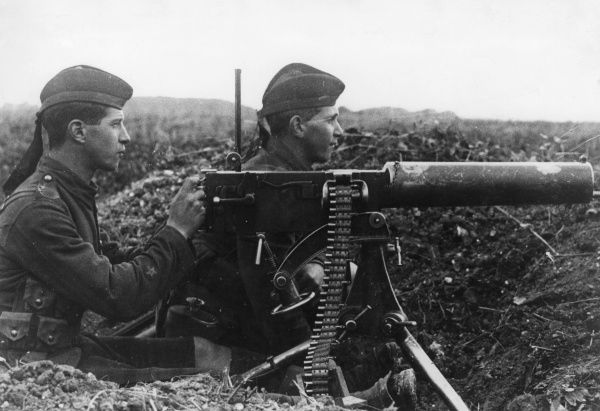 Two soldiers of the Cameron Highlanders using a Maxim gun during the First World War. Date: 1914-1918