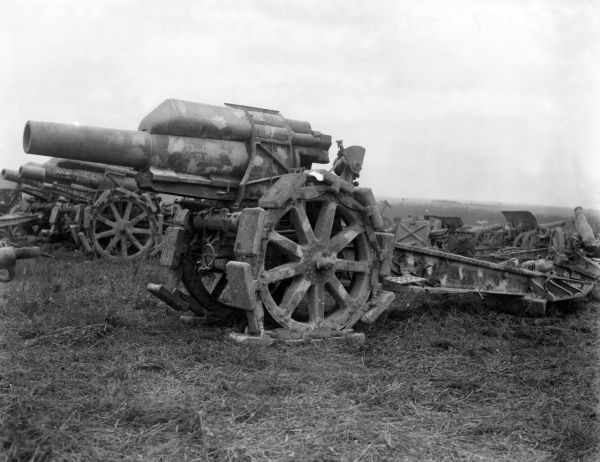 Captured German 21cm howitzers at the end of the First World War. Date: November 1918
