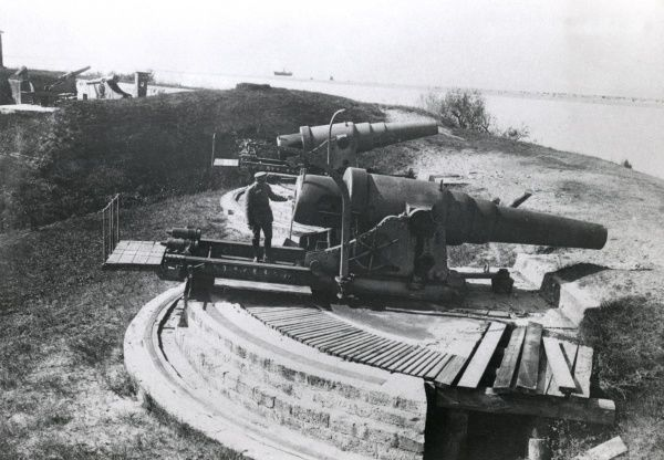 Two of the Russian guns captured by the Germans at the Swedish-built fortress of Dunamunde, Riga (now in Latvia) during the First World War. Date: September 1917