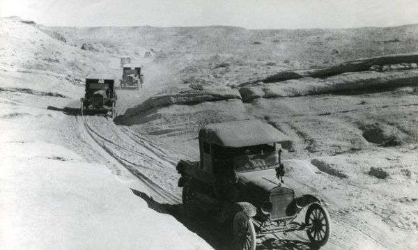 Cars travelling along a dusty road in the Palestine desert during the First World War. Date: 1914-1918