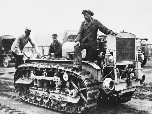 Trials of the American caterpillar-tractor intended to draw heavy artillery at Vincennes during World War I