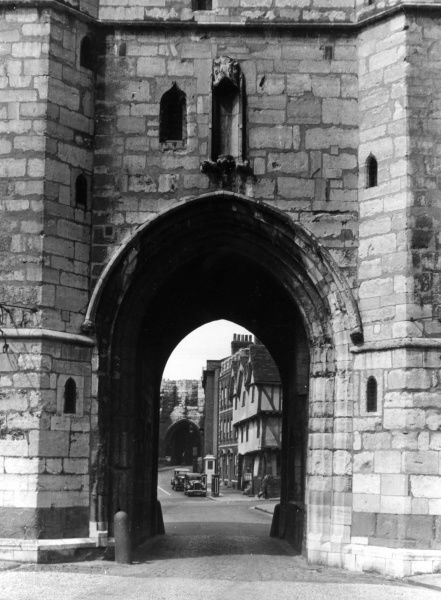 The fine entrance gate to the Close, Lincoln Cathedral, Lincolnshire, England. Date: 1930s