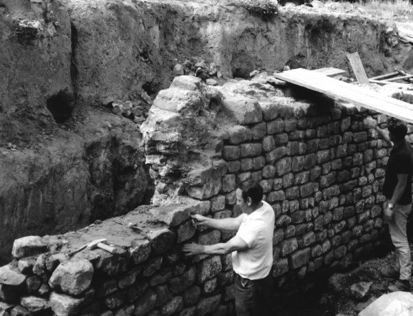 Rebuilding the Roman amphitheatre which once stood at Chester, Cheshire, England. Date: 1960s
