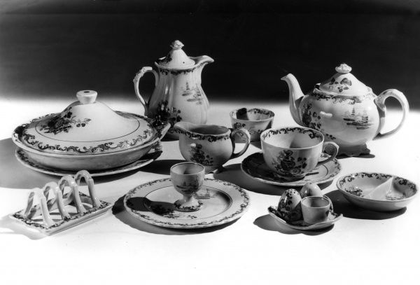 Impress your friends and relatives with this dainty breakfast set, with lovely matching toast rack, tureen, coffee pot and tea pot, cruet set and egg cups etc. Date: 1930s