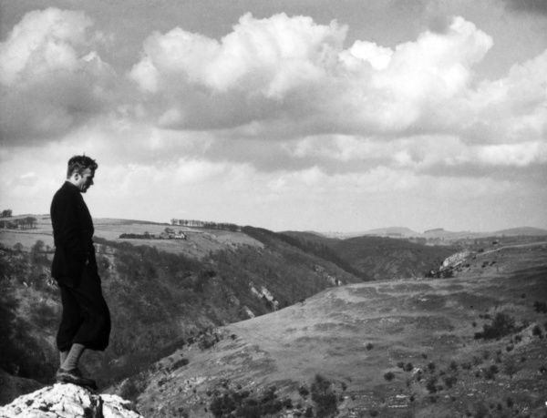 The slopes of Dovedale, where a rambler in plus-fours takes in the glorious Derbyshire scenery, England. Date: 1930s