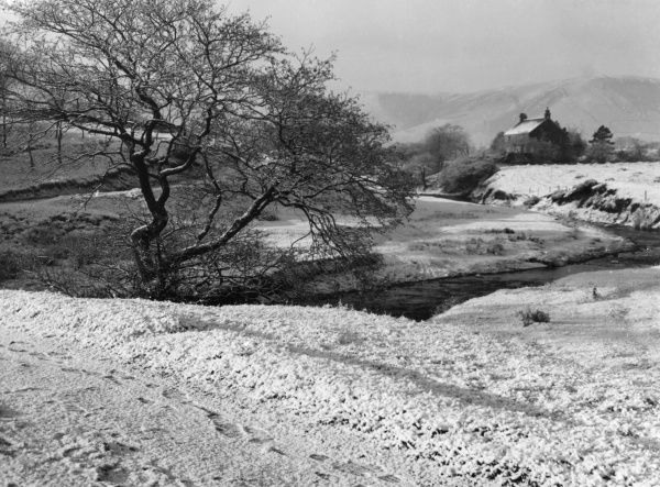 A country snow scene in Edale, Derbyshire, England. Date: 1950s