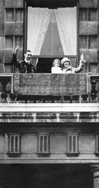 The Duke and Duchess of York, with their baby daughter Princess Elizabeth, wave to crowds from the balcony of their Piccadilly home. Date: 1927