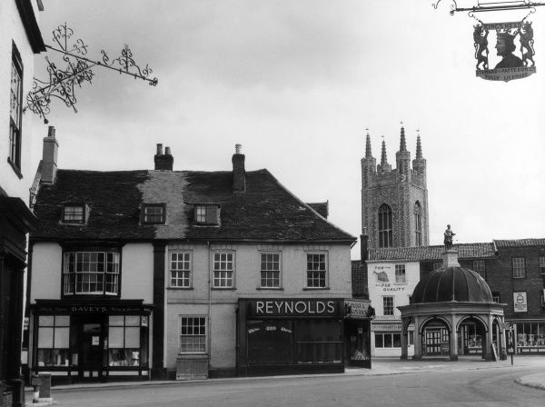 The Market Square at Bungay, Suffolk, England, showing the interesting 17th century Butter Cross, and some of the ancient townhouses. Date: 1930s