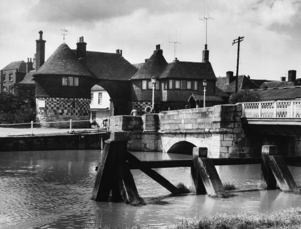 The Toll Bridge and Barbican, Sandwich, Kent, England. The Barbican is one of a chain of block-houses, set up in the reign of Henry VIII in about 1539 to guard the River Stour