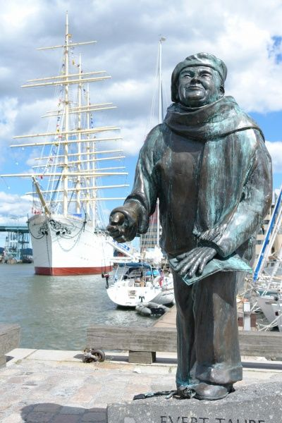 Statue of Evert Axel Taube, Swedish author, artist, composer and singer (1890-1976) with the four-mast barque 'Viking' in the background, in Goteborg (Gothenburg), Vastergotland, Sweden