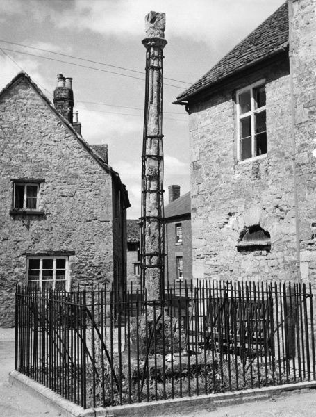 The old cross in the village of Eynsham, Oxfordshire, England, one of two (the other being at nearby Yarnton), marking halting places of religious processions. Date: Medieval