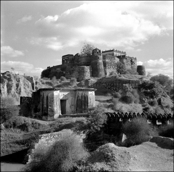 An imposing hilltop fortified palace in Madhya Pradesh Province, India. Photograph by Ralph Ponsonby Watts
