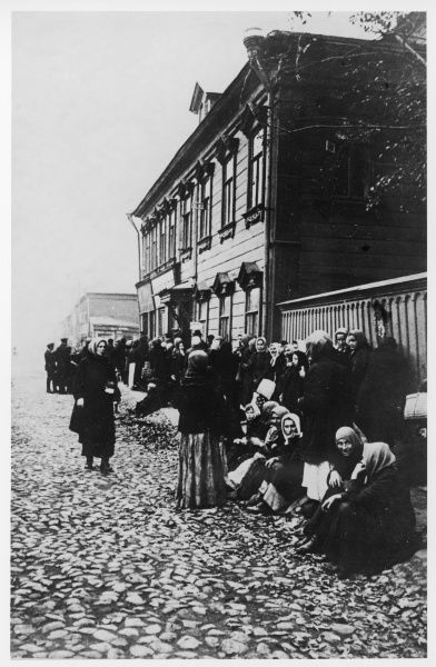 RUSSIAN REVOLUTION - Queueing for food, due to food shortages