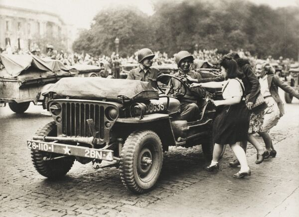from a collection of postcard-sized photographs issued to celebrate the Liberation of Paris between 19th and 26th August, 1944