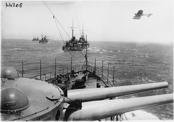 World War I Navy battle picturing the French Navy cannons