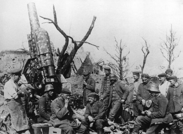 A German 15cm heavy field howitzer gun, designed and manufactured by Krupp, in service on the Western Front in Picardy, northern France, during the First World War. Seen here with gunners relaxing during a break from fighting. Date: 1914-1918